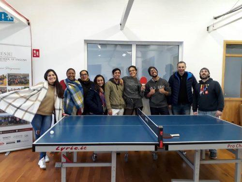 ラウンジの卓球台と生徒たち